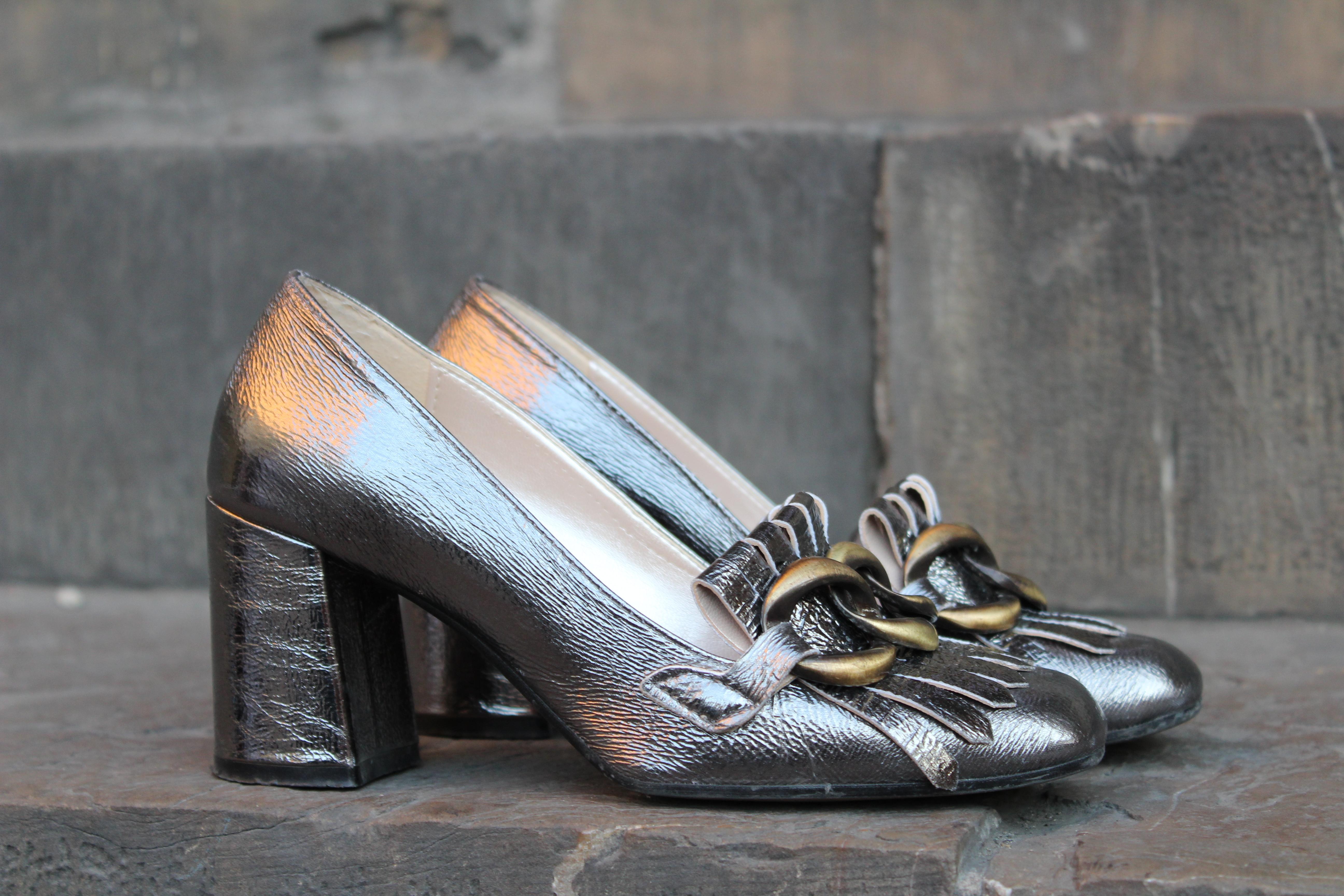 Scarpe argentate, il must have della primavera da riproporre a fine estate