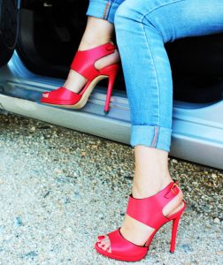 guidare-con-i-tacchi-scarpe-rosse