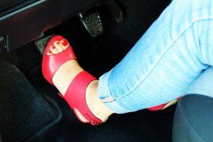 guidare-con-tacchi-alti