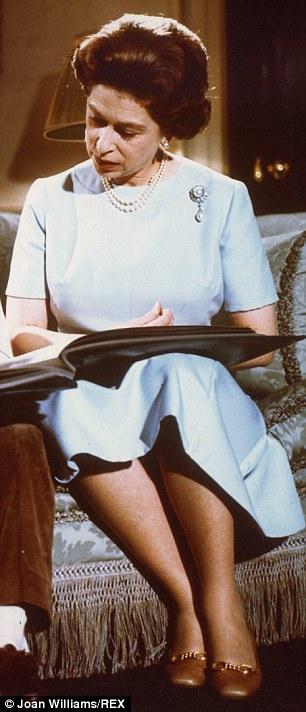 Le-scarpe-della-regina-Elisabetta-1