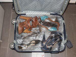 Come-sistemare-le-scarpe-in-valigia-4